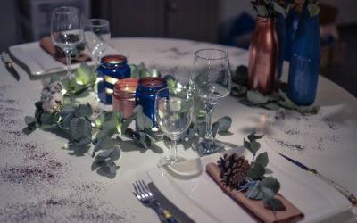 Déco de table du réveillon du jour de l'An : bleu, cuivre et blanc.